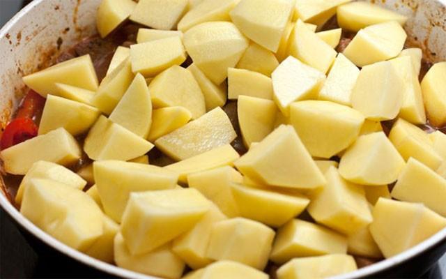 добавить крошеный картофель