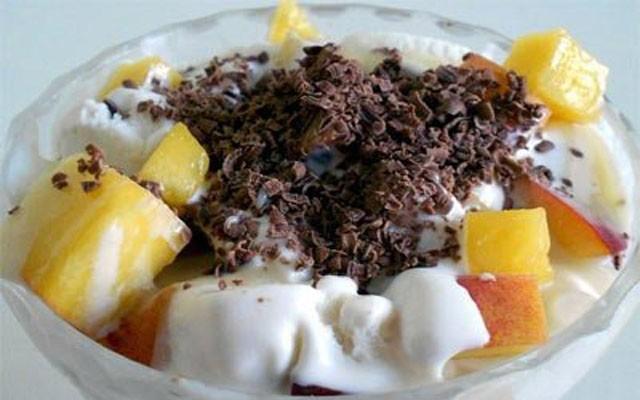 Фруктовый салат с орехами и изюмом