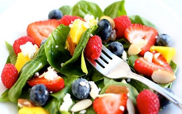 Фруктово-ягодный тропический салат со шпинатом и творогом