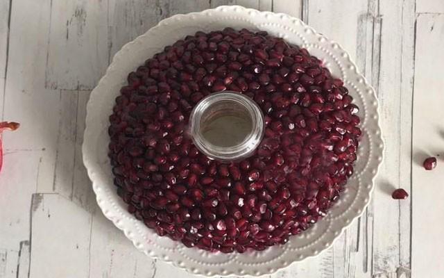 обсыпать салат гранатовыми зернами
