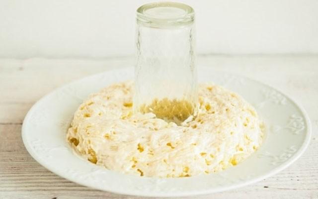 поставить стакан и выложить тертый картофель