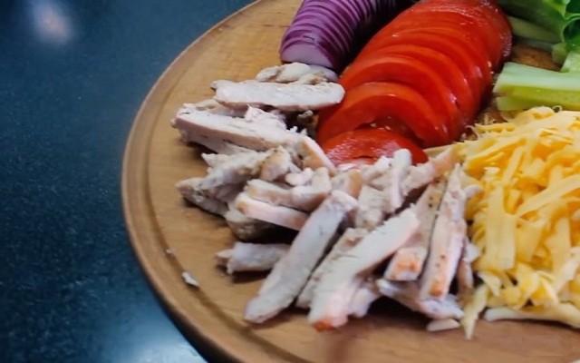 нарезать грудку, овощи