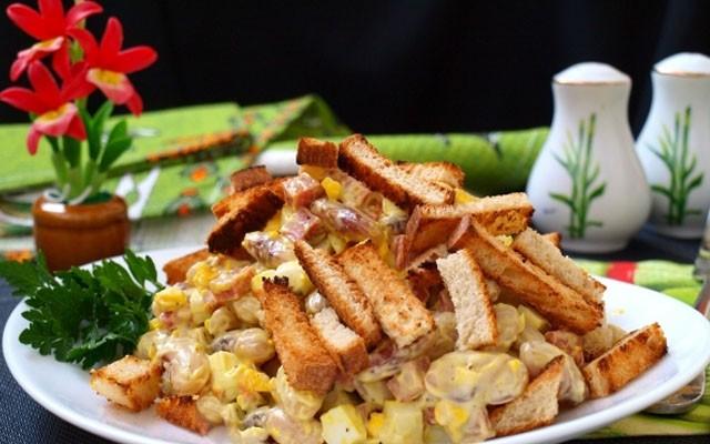салат из белой фасоли с сухариками