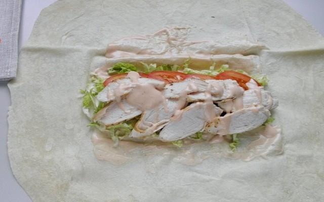 добавить курицу, соус