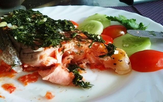 Стейк из форели на овощной подушке с соусом из укропа