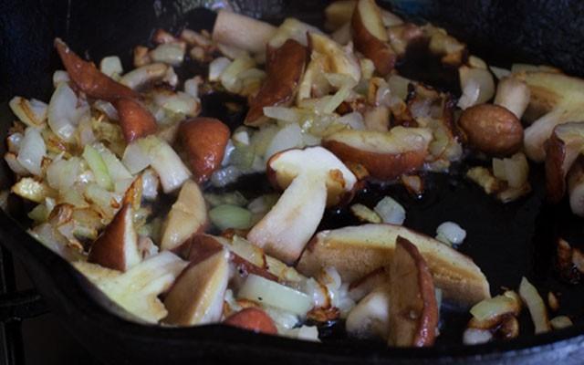 обжарить грибы для украшения с луком