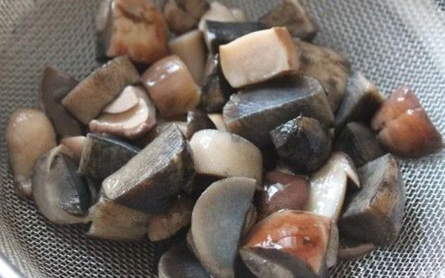 откинуть грибы на дуршлаг