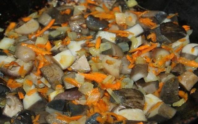 вареные грибы обжарить с овощами