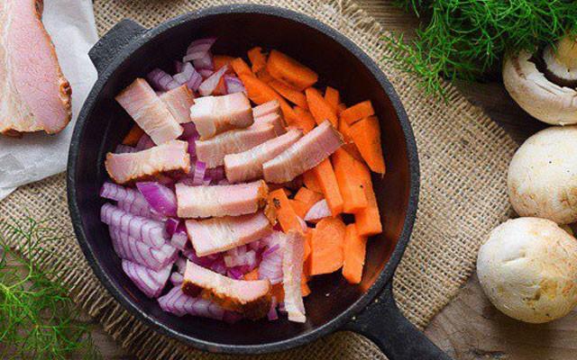 обжарить лук с морковью и беконом