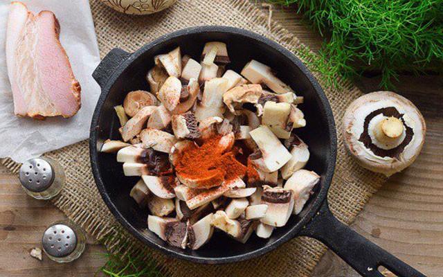 обжарить грибы с паприкой
