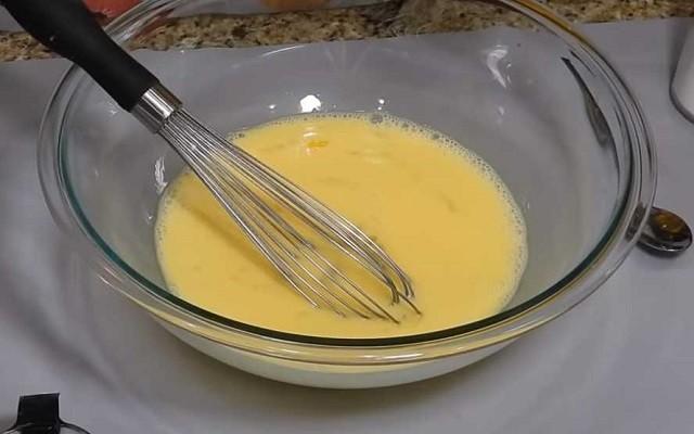 перемешать яйца с сахаром