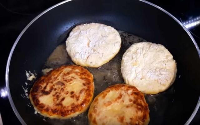 обжарить сырники