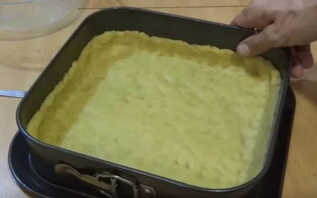 выложить тесто в противень