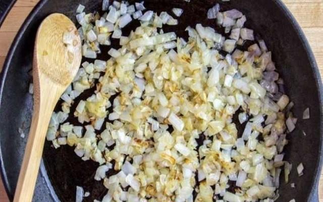 обжарить лук для соуса