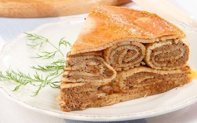 кусок блинного пирога