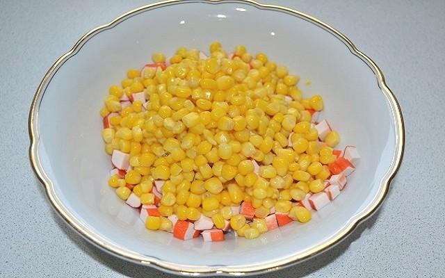 крабовые палочки, кукуруза