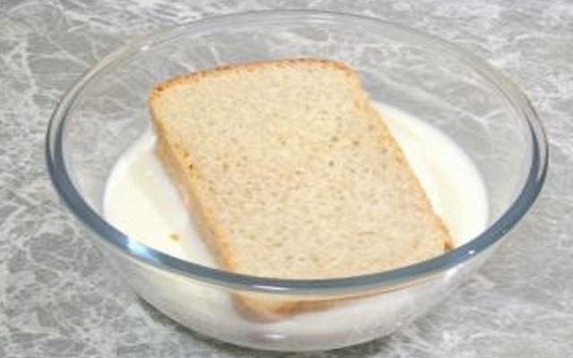 размочить хлеб в молоке