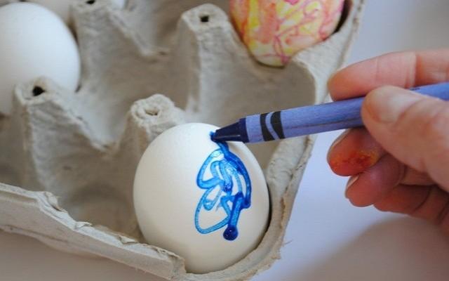 окрасить яйца
