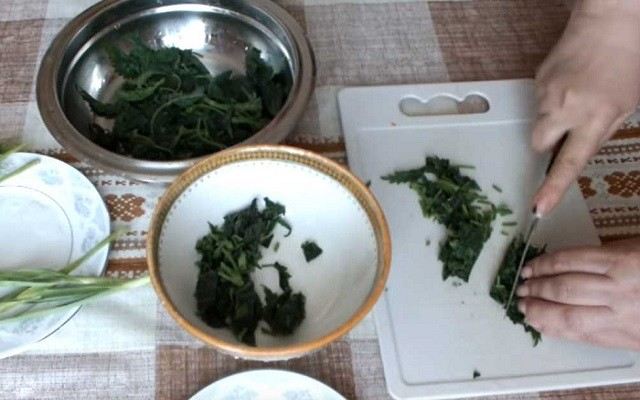нарезать всю зелень мелко