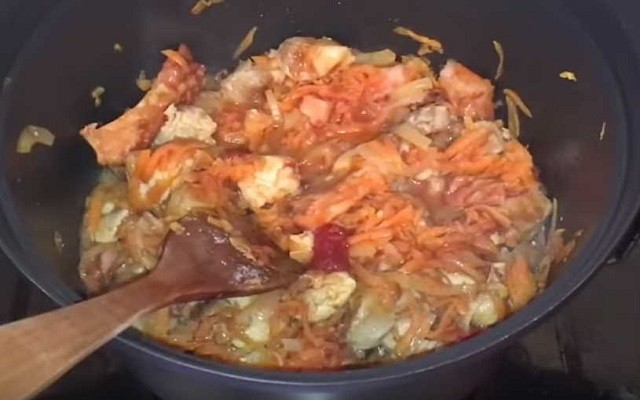 перемешать томатную пасту