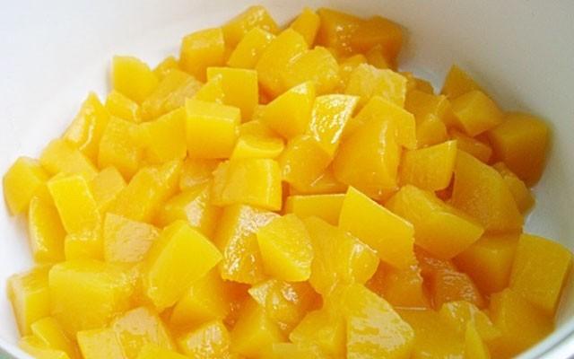 покрошить консервированные фрукты