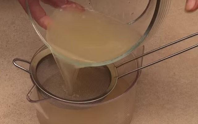 развести желатин в бульоне