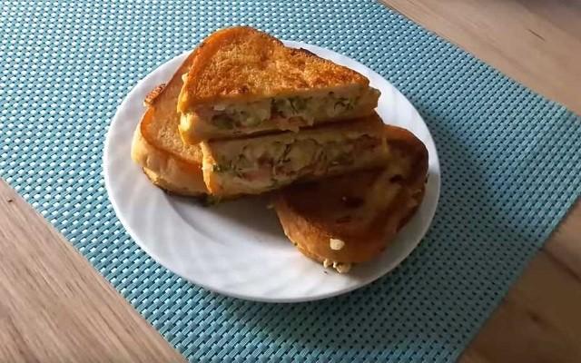 Горячий бутерброд-сэндвич на сковороде с курицей