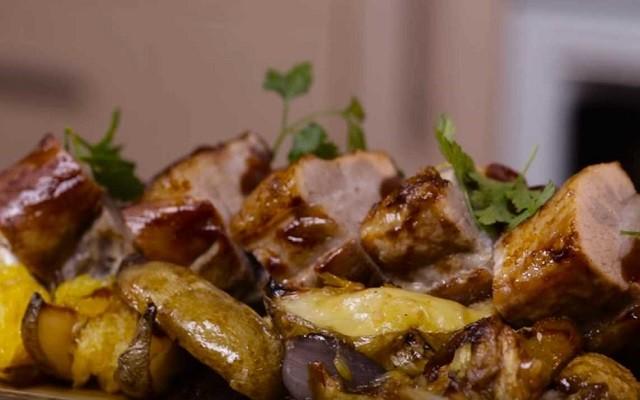 Свиные ребра барбекю с картошкой, яблоками и апельсинами в духовке