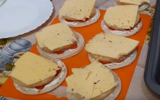 положить сверху сыр