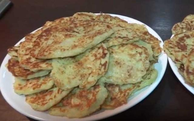 Как приготовить вкусные оладьи из кабачков с чесноком и сыром
