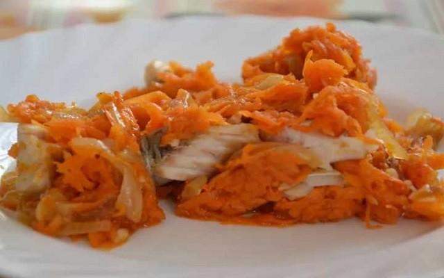 Минтай под овощным маринадом с томатной пастой