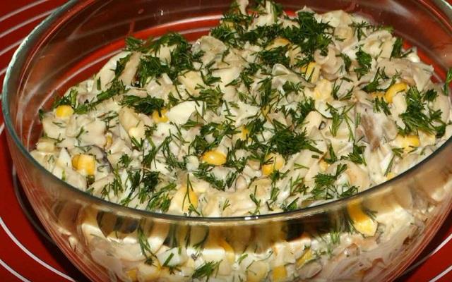 Салат с грибами, луком и кальмарами