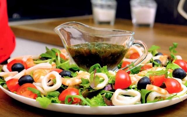 Салат с морепродуктами и лимонно-соевым соусом