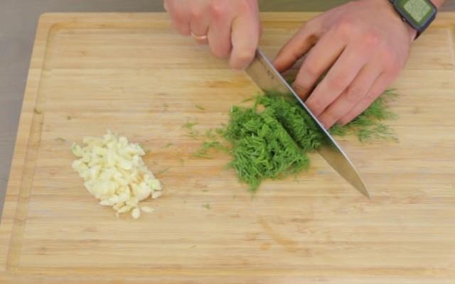 нарезать чеснок и зелень