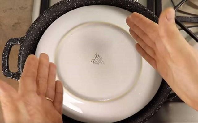 поставить тарелку