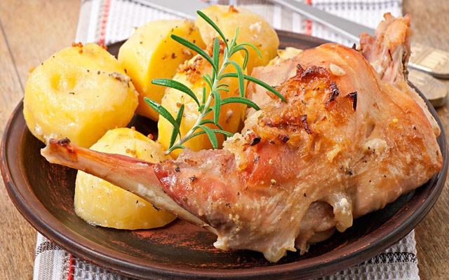 кролик в сырной шубке с картошкой