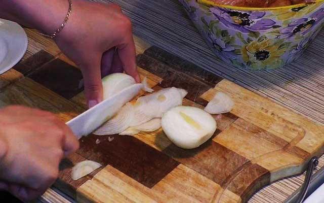 Режем лук для маринада