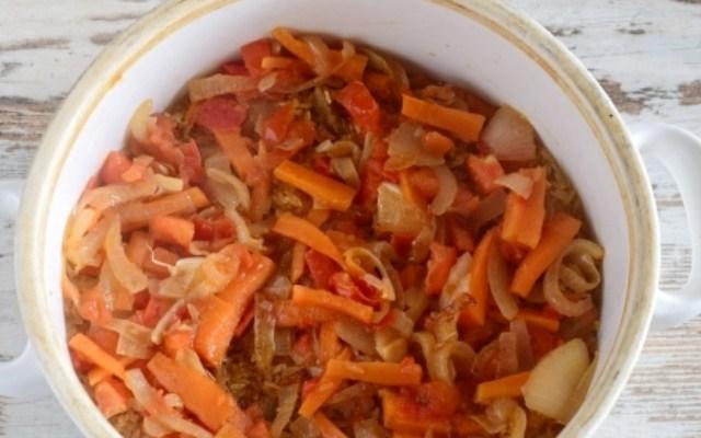 Положить слой из обжаренных овощей