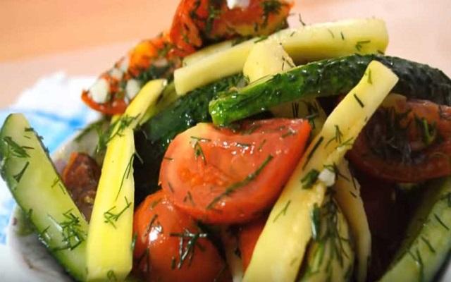 Быстрый рецепт малосольных огурцов с кабачками и помидорами