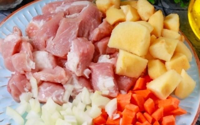 Подготовить мясо, айву, морковь и лук