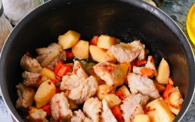 Обжарить мясо, айву, морковь и лук