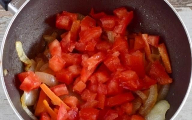 Добавить в сковороду помидоры