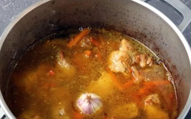 Залить массу кипятком, добавить чеснок, соль, приправу