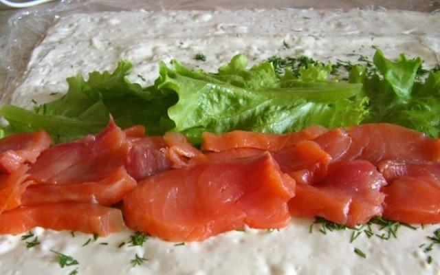 положить рыбу и лист салата