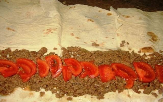 разложить слой мяса и помидор