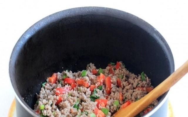 добавить в обжарку мясо