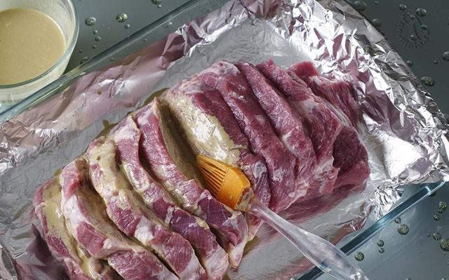 промазать мясо маринадом