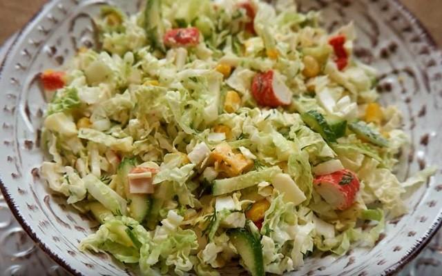 Салат с крабовыми палочками, кукурузой и пекинской капустой без майонеза