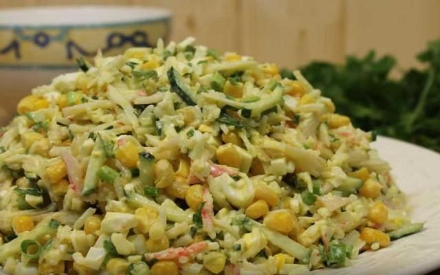 Классический крабовый салат с рисом и кукурузой