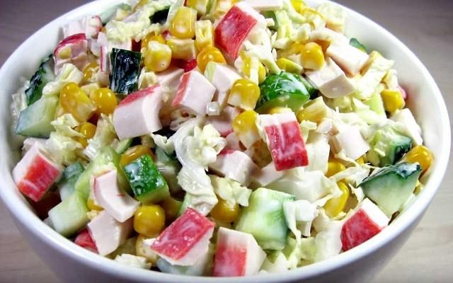 Простой рецепт крабового салата с кукурузой